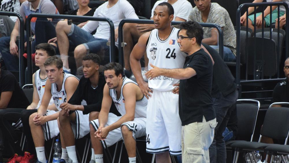 Towers-Coach Hamed Attarbashi im Gespräch mit Neuzugang Jonathon Williams