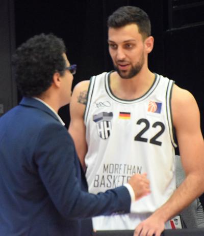 Neuzugang Kay Gausa im Gespräch mit Trainer Attarbashi